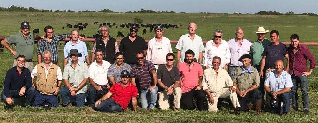 El grupo de productores de visita en un campo de cría de EE.UU.
