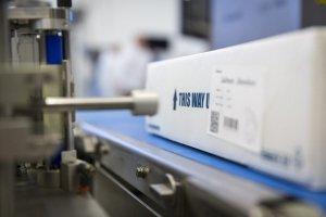 Pesando y etiquetando cajas de carne en forma automática.