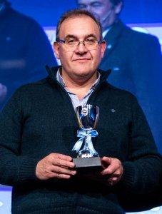 Claudio Machado, recibe el premio de la SRA.