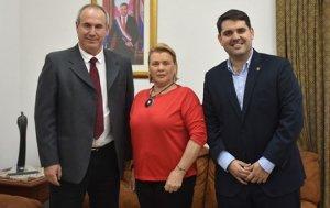 Hugo Idoyaga Benítez (izq), junto a la Embajadora de la buena voluntad de la OIE, Maris Llorens, y el Director del Senacsa, Carlos Martín.